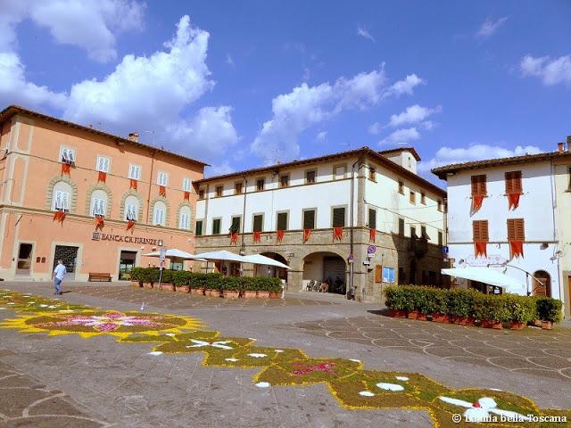 Piazza infiorata di Toscana